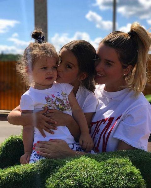 Маруся и Теона поздравили Ксению Бородину с Днем матери