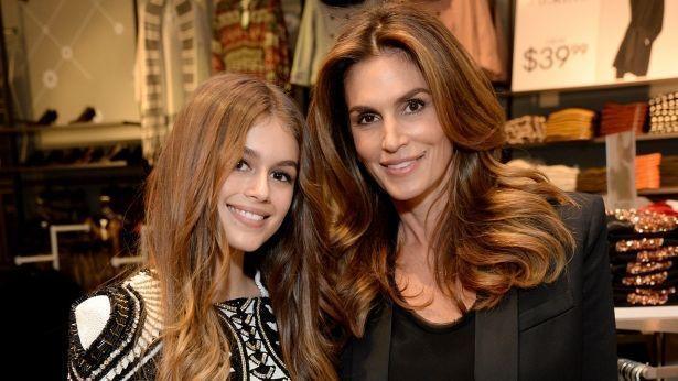 Одно лицо: Синди Кроуфорд сравнила свой школьный снимок с фотографией дочери Кайи, поразив сходством