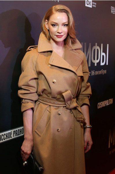 Ходченкова пришла на премьеру в пальто на голое тело
