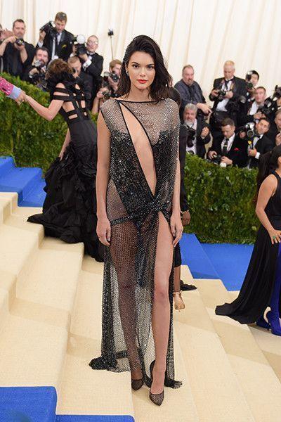Модный конфуз: Нюша не умеет носить «голые» платья