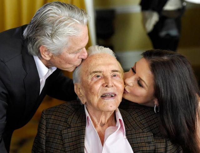 Кэтрин Зета-Джонс и Майкл Дуглас трогательно поздравили Кирка Дугласа с 101-летием