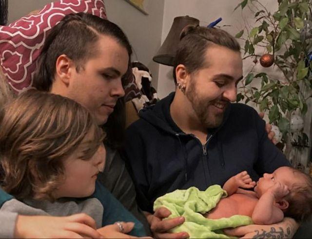 """В США трансгендер родил ребенка """"без пола"""""""