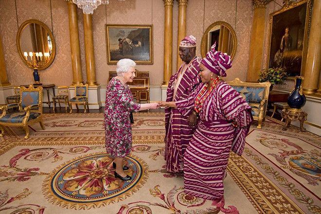 Королева Елизавета оделась в такое же платье, что и ее гости