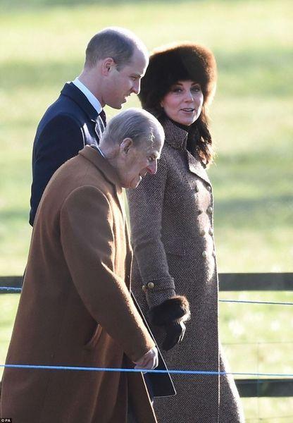 В меховой шапке и стильном пальто: беременная Кейт Миддлтон с принцем Уильямом посетила воскресную службу (ФОТО)