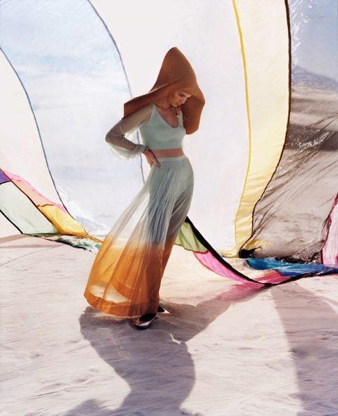 Кендалл Дженнер скрывает лицо в рекламной фотосъемке из-за прыщей