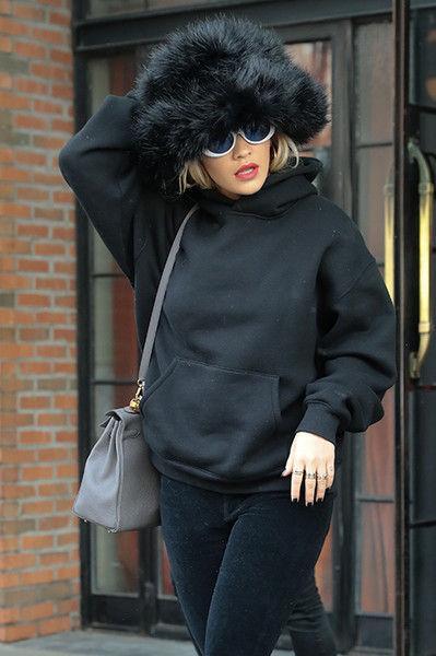 И топлес, и с шубой: Рита Ора не снимает меховую шапку