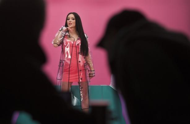 """Настроение гарантировано: Злата Огневич заставила поклонников танцевать под свой новый """"психоделический"""" трек"""