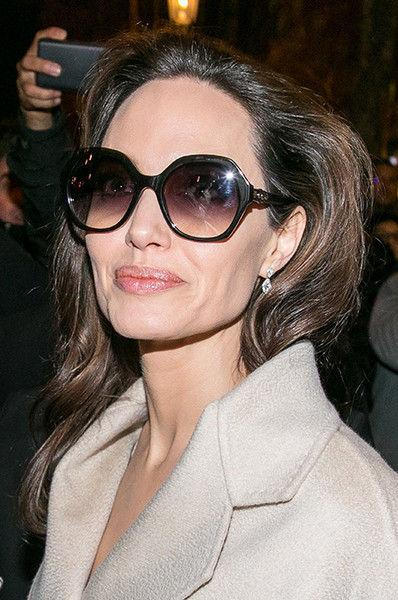 Как вешалка: Джоли попыталась скрыть худобу за бесформенной одеждой