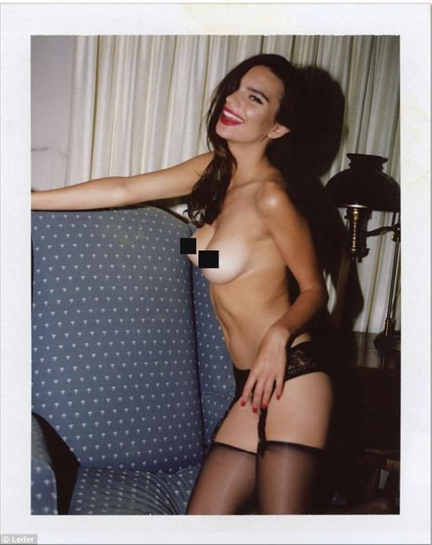 Приелось: фотокнигу с сексуальными снимками Эмили Ратаковски раскритиковали в Сети (ФОТО 18+)