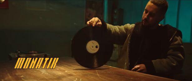 """Танцы в стиле кунг-фу: MONATIK презентовал клип на песню """"То, от чего без ума"""""""