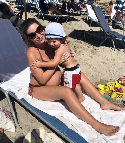 Галина Юдашкина на девятом месяце загорает в микро-бикини