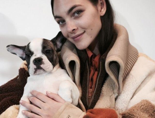 Джиджи Хадид открывала модный показ с щенком в руках