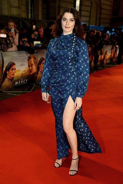 Даже неудобно: Рейчел Вайс надела платье с очень высоким разрезом