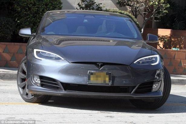 Брэд Питт на Tesla попал в тройное ДТП: фото с места происшествия