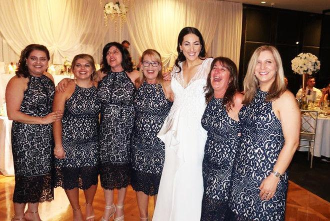 Фэшн-кошмар: шесть девушек пришли на свадьбу в одинаковых платьях