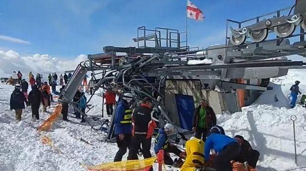 Жуткое ЧП на горнолыжном курорте в Грузии: из-за поломки подъемника пострадали туристы