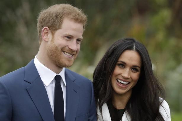 """Соблюдая традиции: королева Елизавета II официально одобрила свадьбу """"любимого внука"""" принца Гарри и Меган Маркл"""