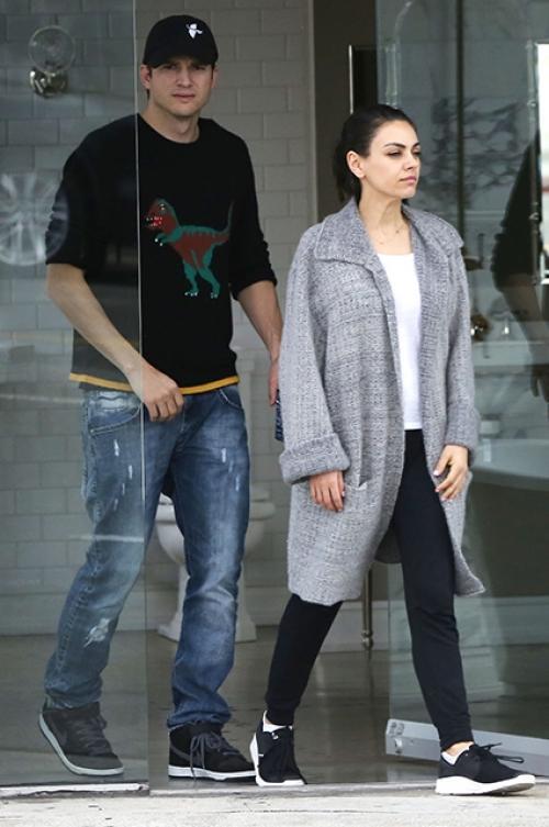Мила Кунис и Эштон Кутчер впервые вышли в свет после слухов о третьей беременности актрисы (ФОТО)