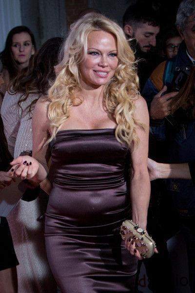Памела Андерсон показала огромный живот в вечернем платье