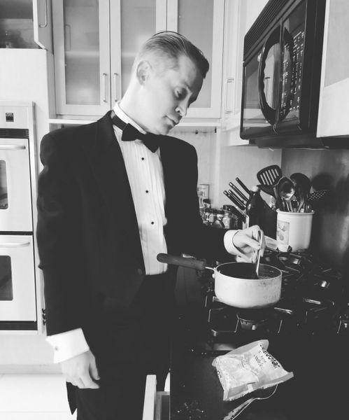 """Накрасил ногти и сварил макароны: как Маколей Калкин высмеял премию """"Оскар"""" (ФОТО+ВИДЕО)"""