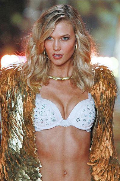 Модель Victoria's Secret в одном лифчике провезла мужчину на санях