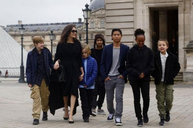 Анджелина Джоли рассказала, чему королева Елизавета II научила ее детей