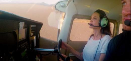 Анджелина Джоли продемонстрировала навыки управления самолетом