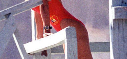 Пышка Коллинз в красном купальнике бегает по пляжу