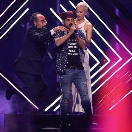 Фанат «Евровидения» напал на участницу во время выступления и ее рейтинги резко подскочили