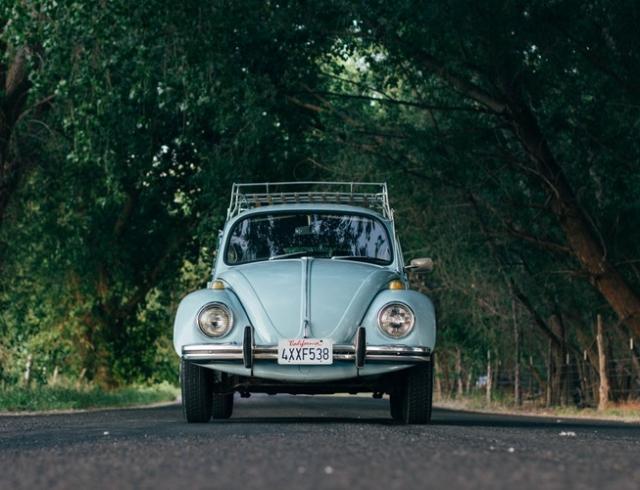 Плейлист для путешествия: какую музыку слушать в машине
