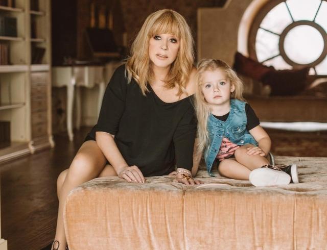 Учит Примадонну жизни: 4-летняя дочь Аллы Пугачевой снова рассмешила Сеть