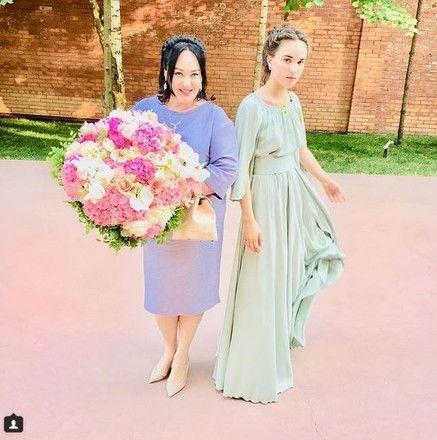 Роковая красотка: Гузеева впервые показала дочку в платье