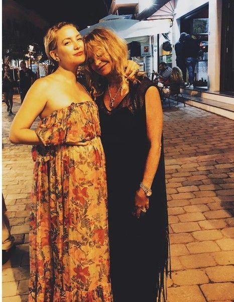 Голая и беременная: Кейт Хадсон развлекается на пляже в Греции
