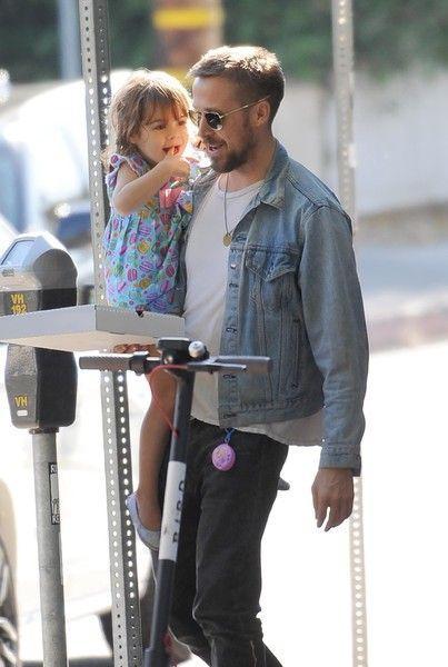 Редкий кадр: Райан Гослинг с дочкой на прогулке