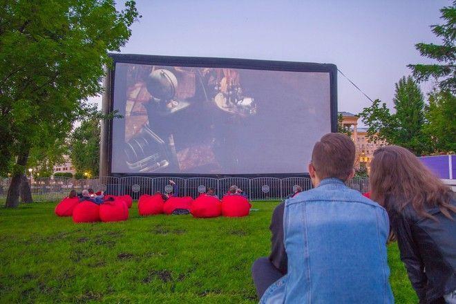 Кино под открытым небом: что смотреть в летних кинотеатрах