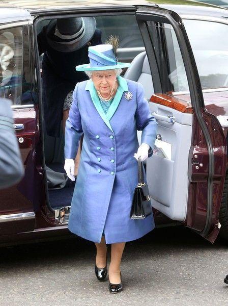 Тайный шифр: зачем королева Елизавета ставит сумку на стол