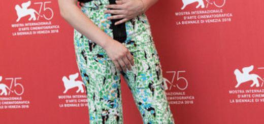 Бархатная жуть: Хлоя Морец вышла в свет в безвкусном платье
