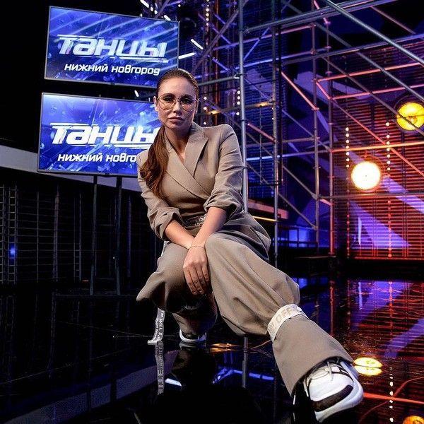 Ляйсан Утяшева испортила фигуру костюмом не по размеру