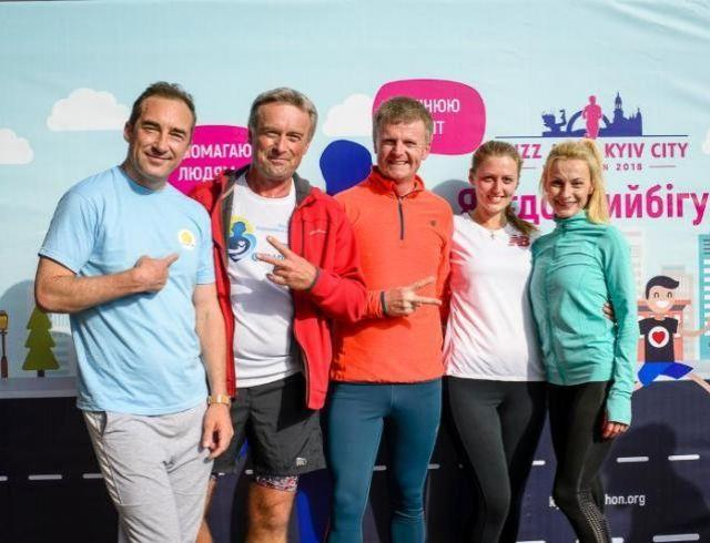 """15 фондов собирают благотворительные средства благодаря """"добрым бегунам"""" 9-го Киевского марафона"""