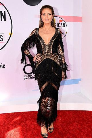 Сетки и мини: звездные наряды на American Music Awards