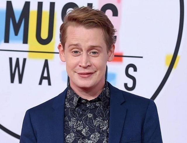Похорошел: Маколей Калкин в стильном образе на премии American Music Awards (ФОТО)