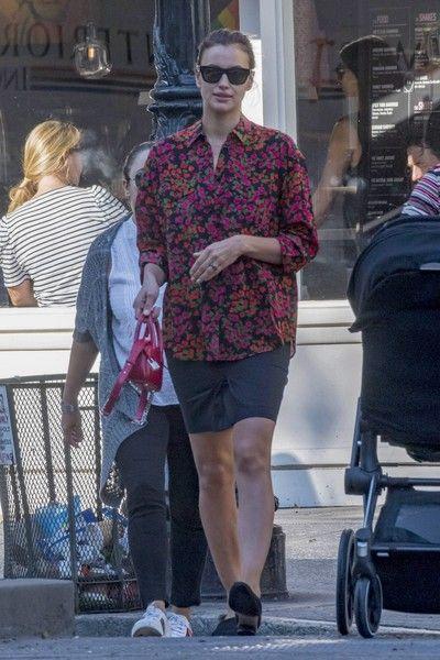 Ирина Шейк показала толстые ноги и отсутствие талии