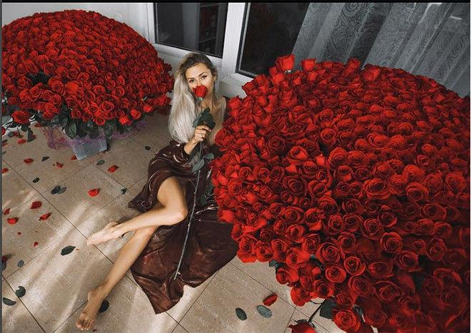 «Любимый подарил»: какие цветы дарят знаменитым красоткам