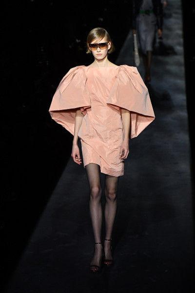 Строгие костюмы и платья для герцогинь в коллекции Givenchy