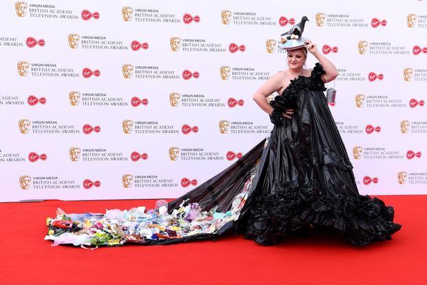 Платье из мусора и шляпа с голубем: самый странный наряд BAFTA TV 2019