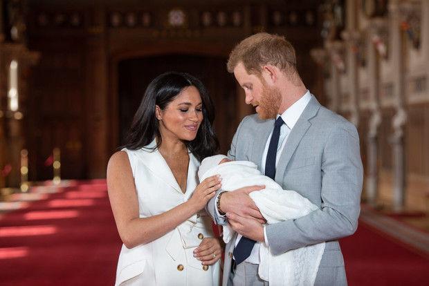 Первое фото: Меган и принц Гарри показали сына