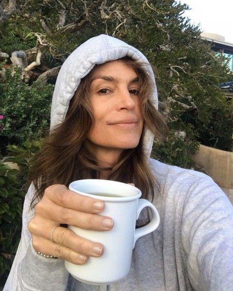 53-летняя Синди Кроуфорд выложила честное фото без макияжа