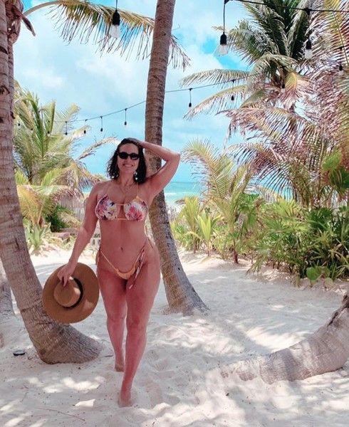В облипочку: Эшли Грэм прогулялась в микротопе и лосинах
