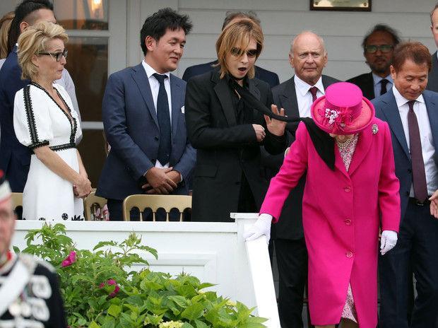 Елизавете II на матче по поло в лицо прилетел шарф