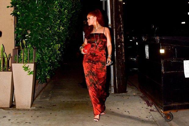 Рианна весь вечер прикрывала живот сумкой. Неудачное платье?